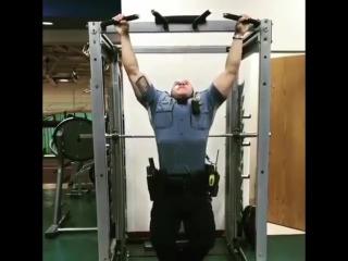 У полицейского стоит поучиться подтягиваниям