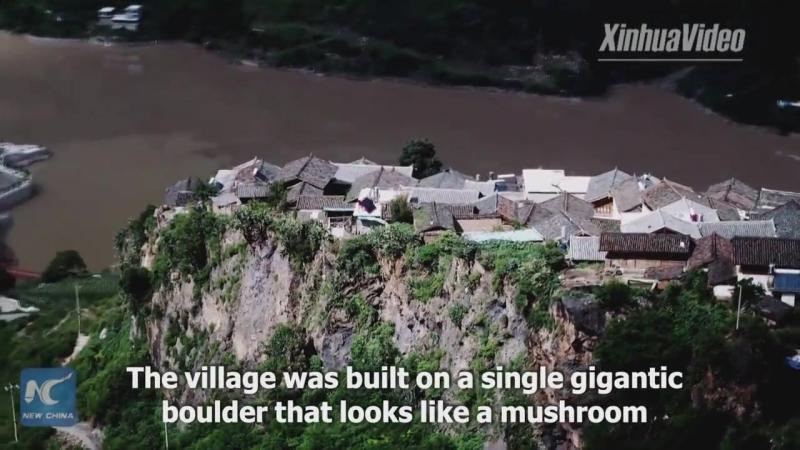 Деревня на вершине огромного валуна