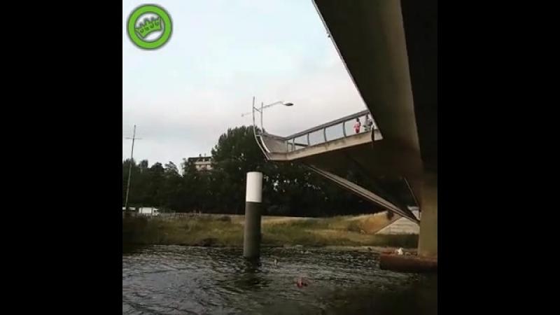 Meisjes doen brugjumpen