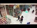 Упавшая с высоты палета с продуктами едва не задела посетителей супермаркета