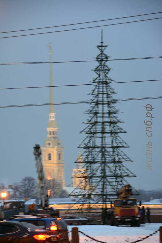 Как ставят новогоднюю ёлку на стрелке Васильевского в Петербурге, декабрь 2018