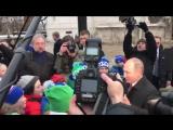 «С Новым годом! С Новым годом!»: Путин и дети на Соборной площади Кремля.