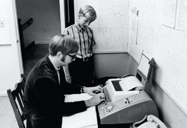 На фото: 13-летний Билл Гейтс и 15-летний Пол Аллен подключаются к компьютеру PDP-10, который находится в Вашингтонском университете.1968 г.Тогда они не подозревали о том, что станут основатели