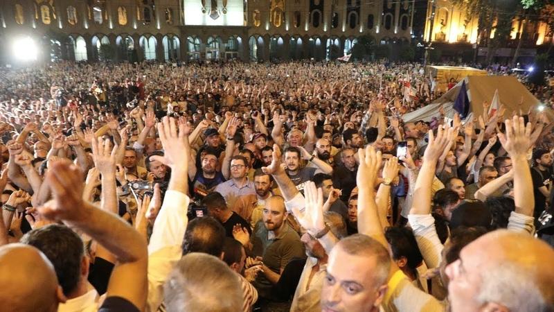 Tbilisidə Parlament qarşısında polis və vətəndaşlar arasında qarşıdurma