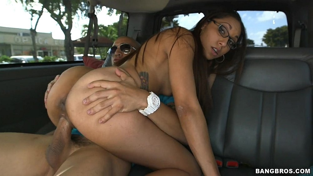 порно видео в машине с мулаткой