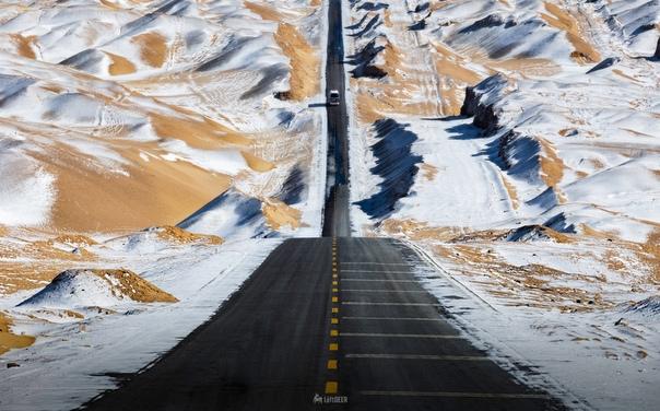 Шоссе среди заснеженного песка, Китай