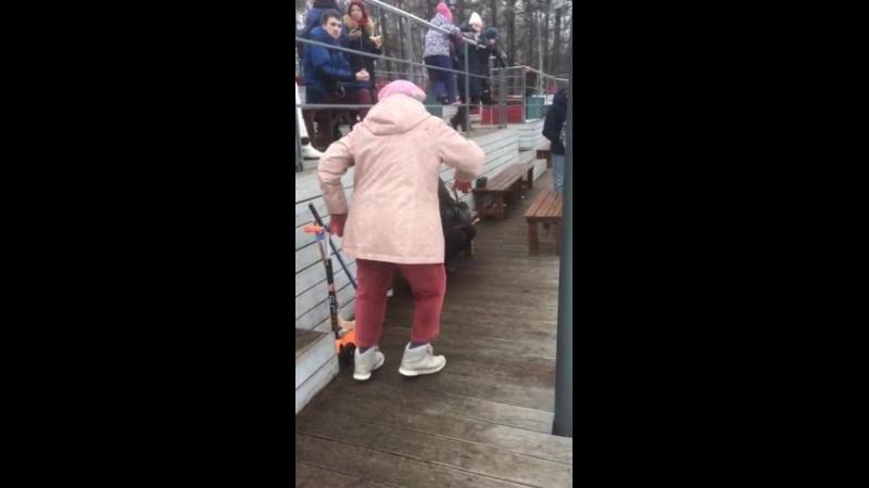 бабка мочит
