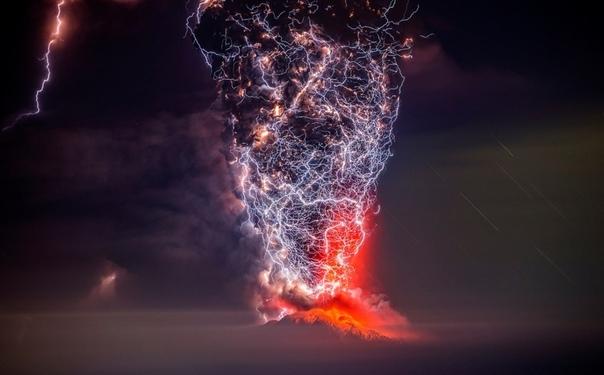 """Молнии выглядят так, будто их снимал Джеймс Кэмерон. На самом деле это """"Грязная гроза"""". Это погодное явление, характеризующееся образованием молнии в облаке пепла, поднимающегося из жерла вулкана во время извержения. Молния образуется в результате столкно"""