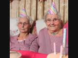 Самые старые близняшки в Англии отметили 102 день рождения