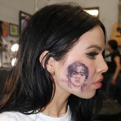 Американская певица вытатуировала на лице портрет Гарри Стайлза в надежде на дуэт Американская певица Келси Картер решилась ради дуэта с Гарри Стайлзом на крайние меры: она украсила своё лицо