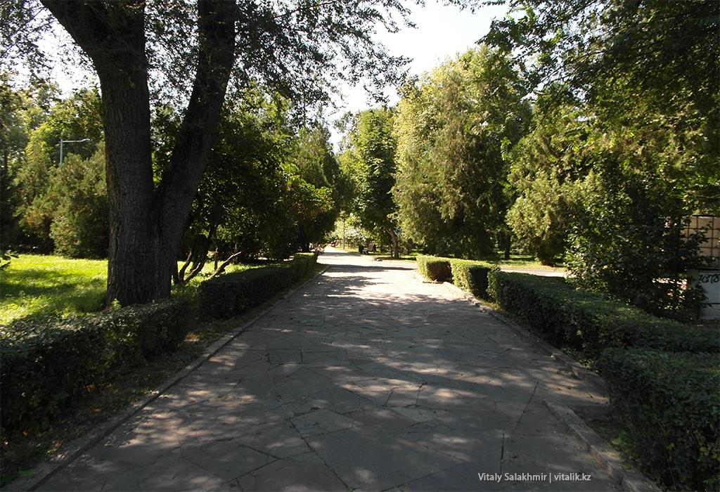 Аллея внутри Центрального Парка Горького, Алматы 2018