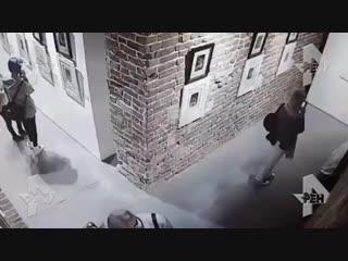 Девушки уронили картины со стены