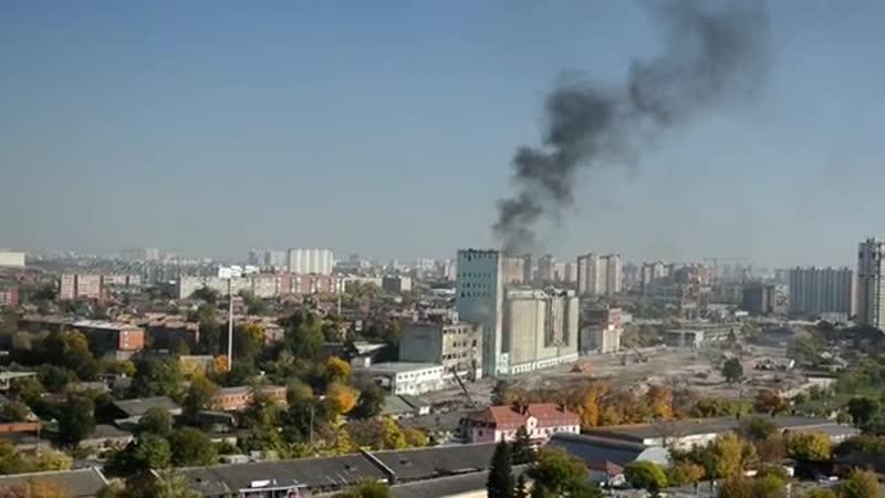 Загорелось здание возле краснодарского элеватора