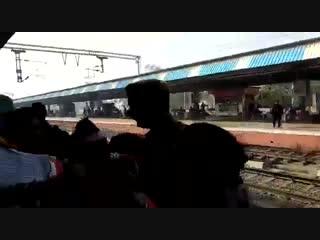 маленькую девочку уронили под движущийся поезд