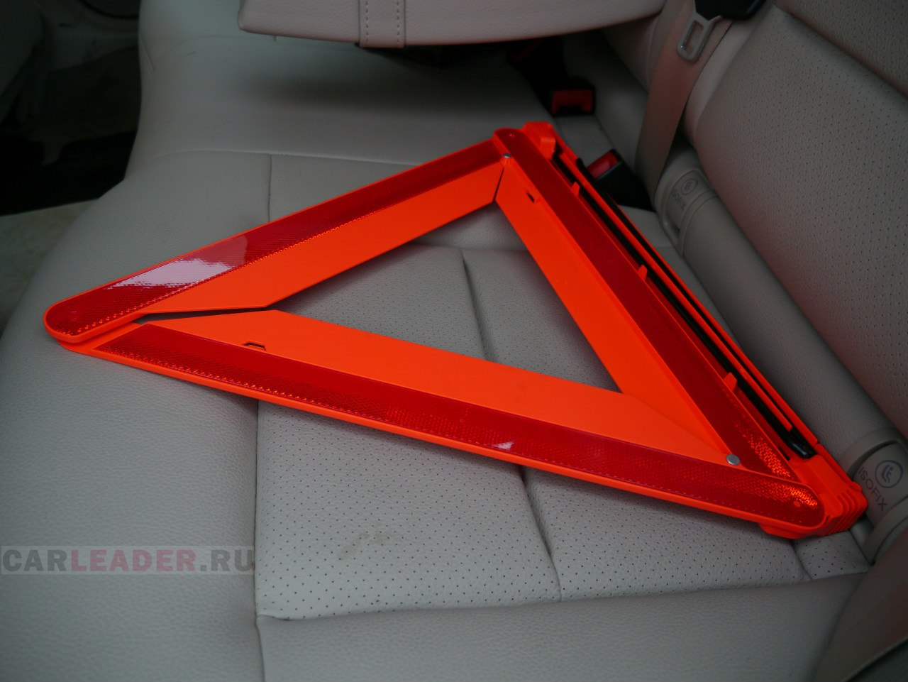 Набор автомобилиста Mercedes-Benz E 2014 - полностью оригинальный, немецкий, включая аптечку. Знак аварийной оставновки сделан из крутого мягкого пластика и с качественной конструкцией.
