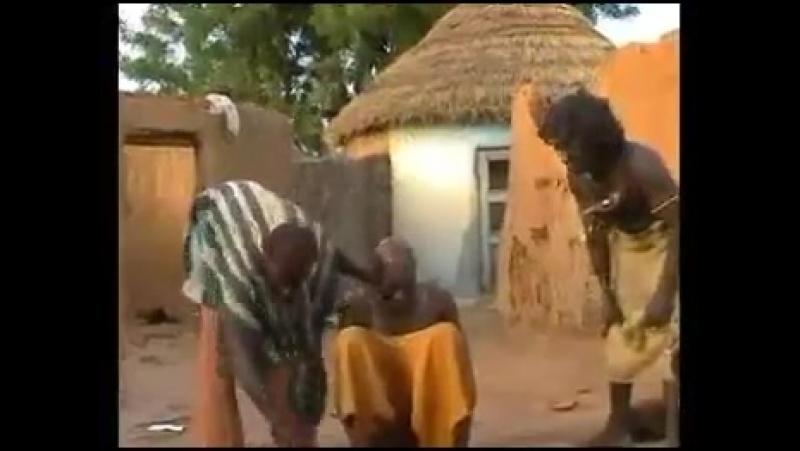 Afrikanischer Doktor behandelt Mann für Kopfschmerzen. Unbezahlbar - Wer möchte sein Patient sein 😂ein arzt meines vertrauens