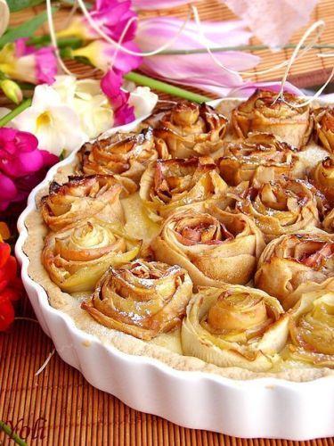 Пирог с розами из яблок Хотите удивить свою возлюбленную необычным романтическим подарком? Подарите ей букет роз на испеченном своими руками яблочном пироге. И поверьте совсем не важно, по какому поводу будет этот подарок (8 Марта, День влюбленных или годовщина свадьбы), уверена ваша любимая по достоинству оценит вашу креативность и старание. Ведь в отличие от простых роз, купленных в цветочном магазине, этот вкусный яблочный пирог с букетом роз - еще прекрасный повод для совместного чаепития…
