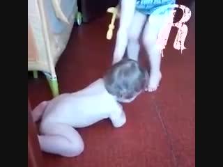 """""""Ты не человек, собака!"""", - так молодая мама из Кузьминок глумиться над своим сыном с парализованой ручкой."""