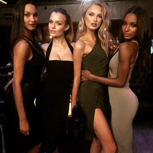 Ангелы на вечеринке, приуроченной к выходу нового выпуска Victoria's Secret Swim...