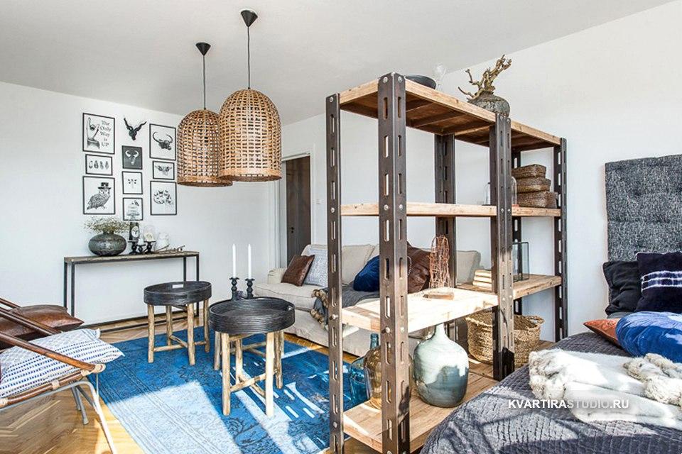 Зонирование гостиной-спальни стеллажом на металлическом каркасе / опорах.