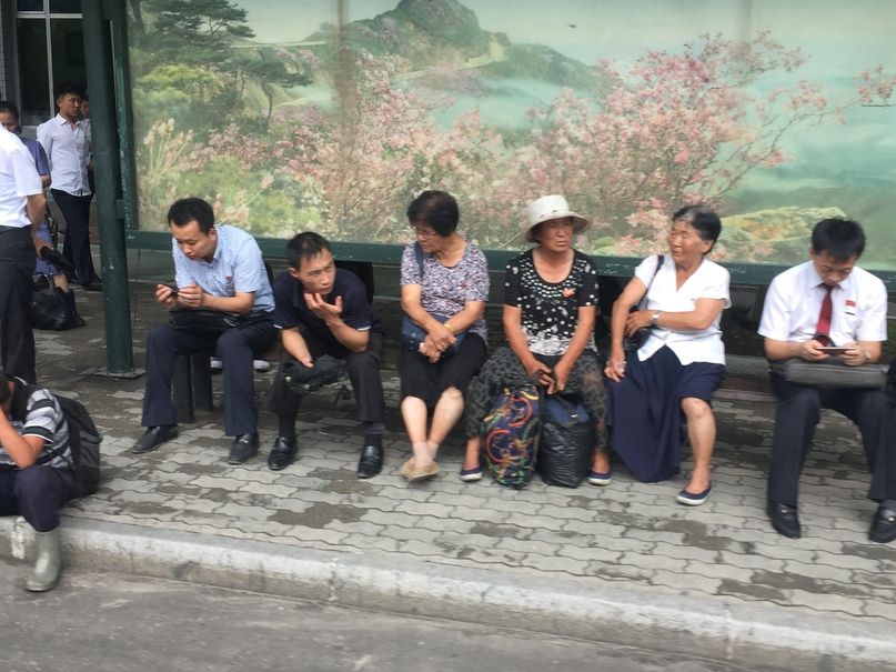 Отчет о путешествии в Северную Корею Обычная остановка общественного транспорта.