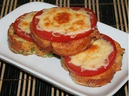 Гренки с помидорами и сыром к завтраку.