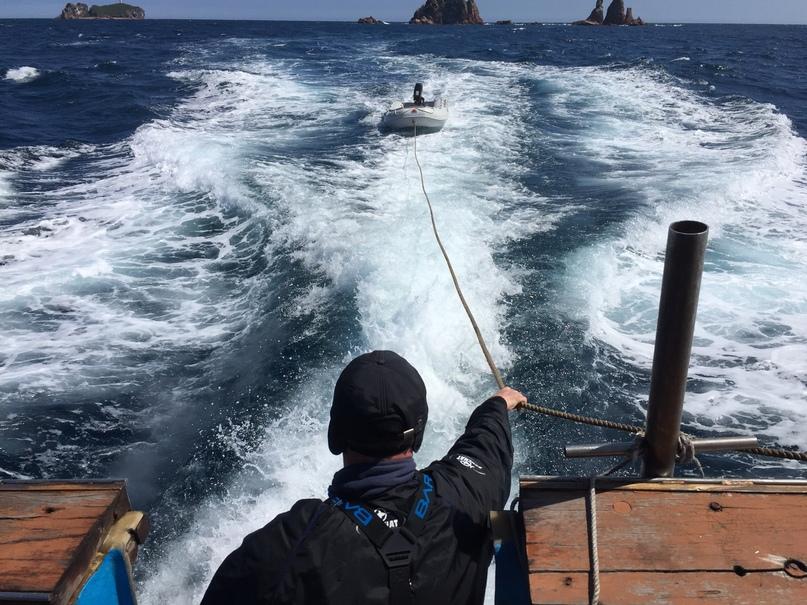 На катере в море