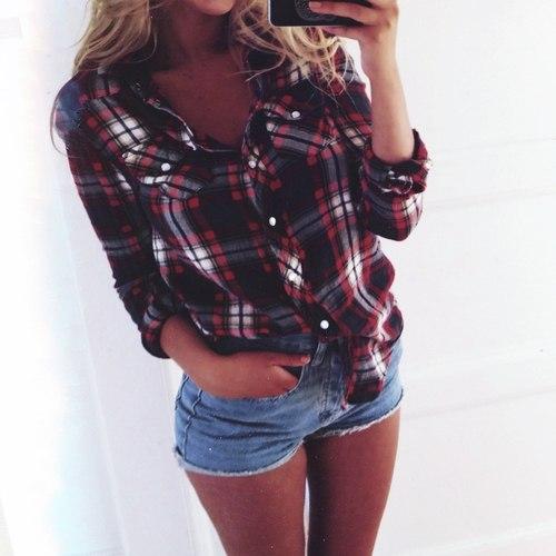 фотографии девушек в шортах в рубашке и джемпере в чулках