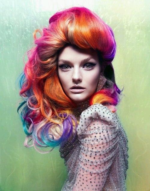 цветные пряди волос
