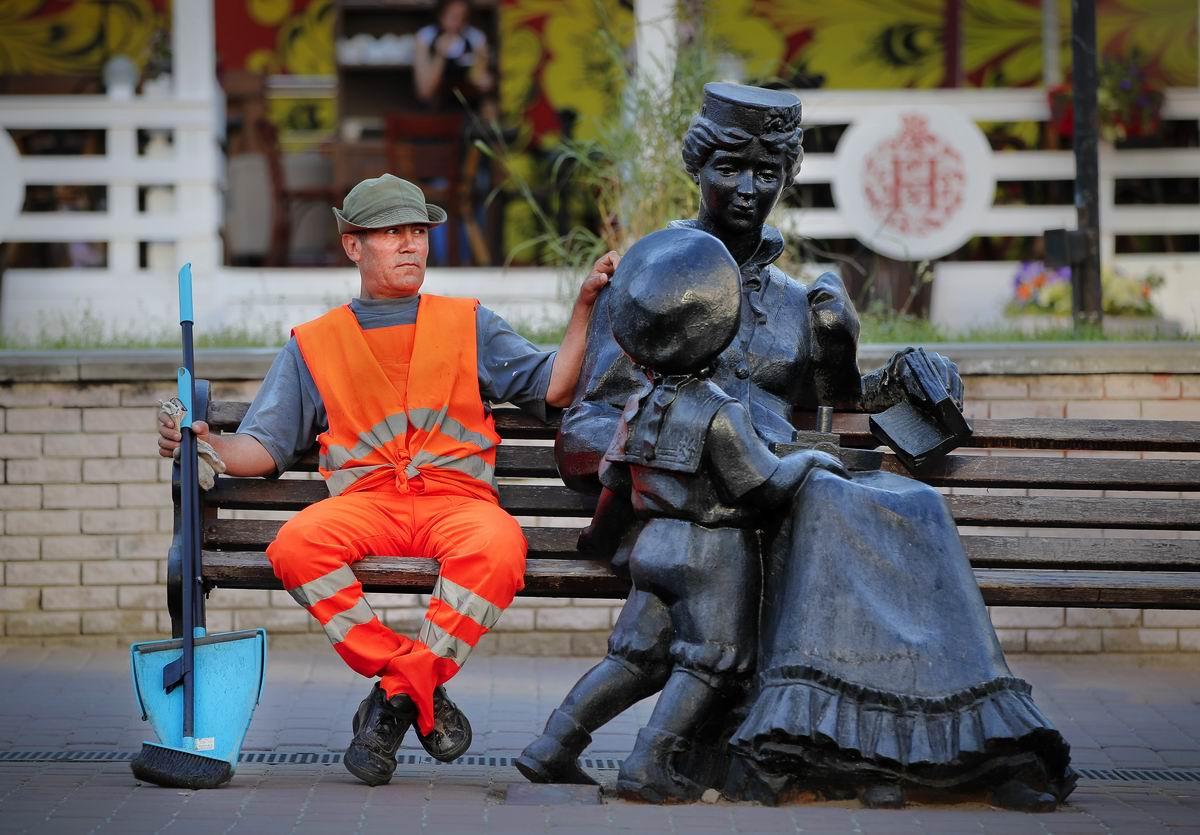 На скамейке с дамочкой: Неунывающий дворник из Нижнего Новгорода