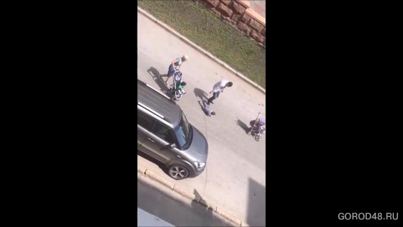 Липчане сняли, как в центре города мужчина жестоко наказывает маленького ребенка