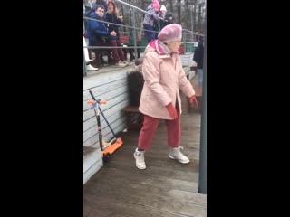 Бабуля танцует под sweet dreams