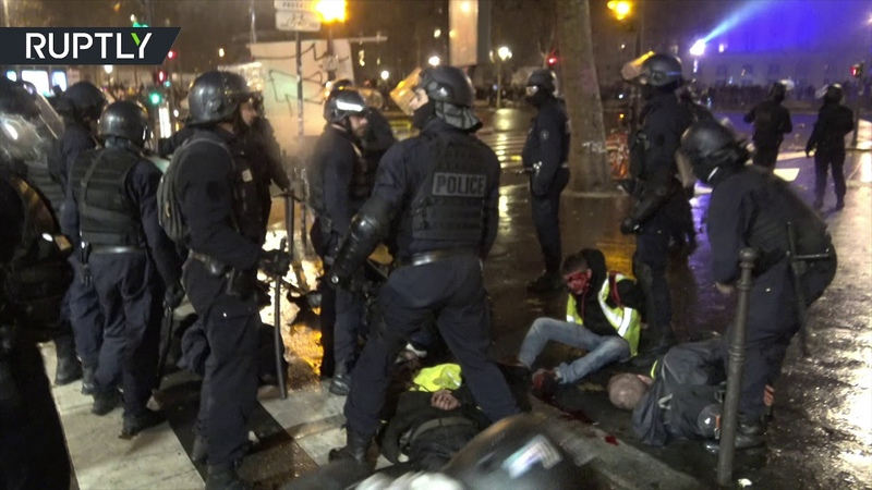 Blood spilled as violence intensities at 'Yellow vests' protest in Paris (DISTURBING VIDEO)