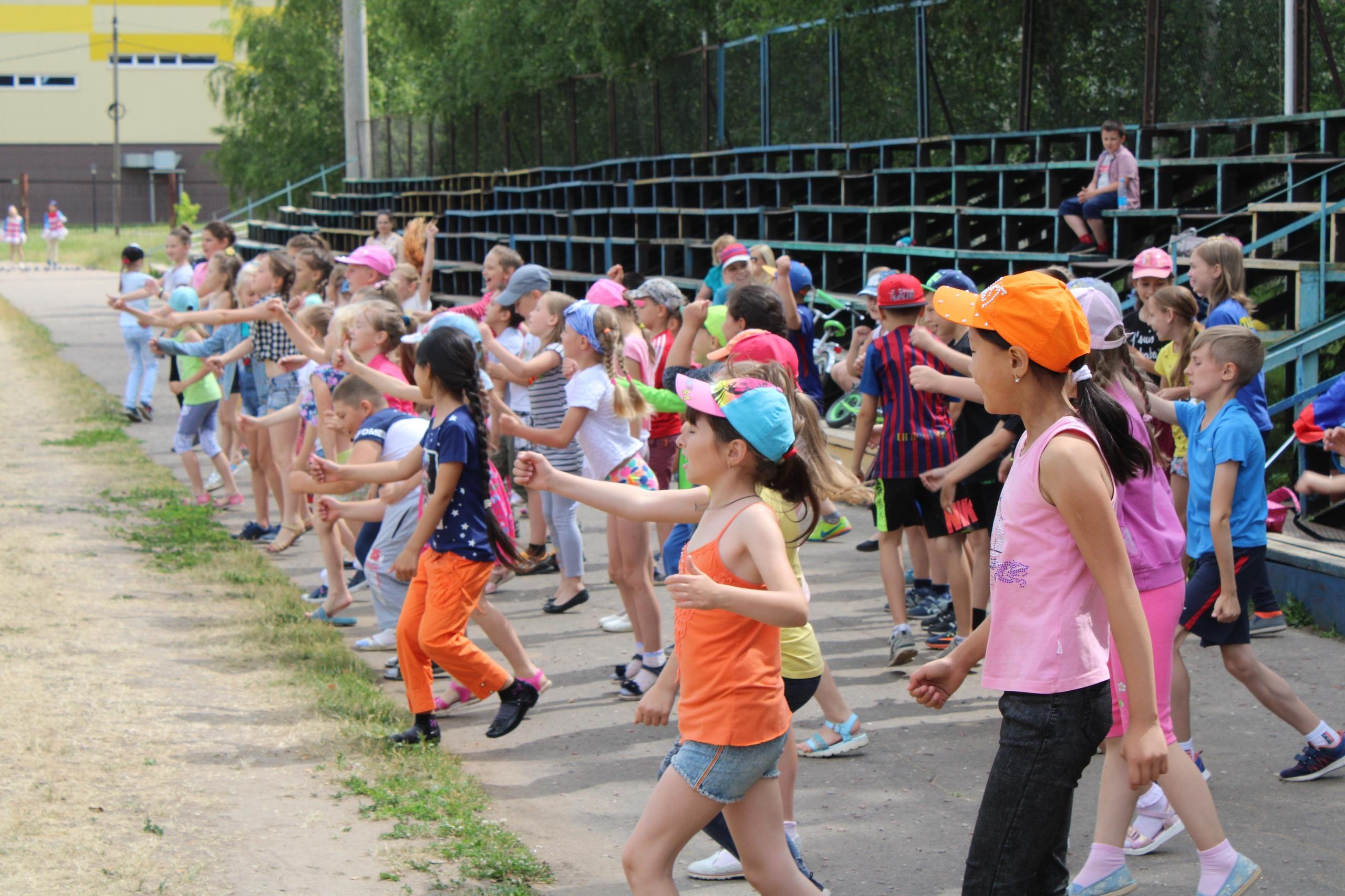 26 июня на городском стадионе для ребят, которые посещают летние школьные площадки, провели интерактивную игру