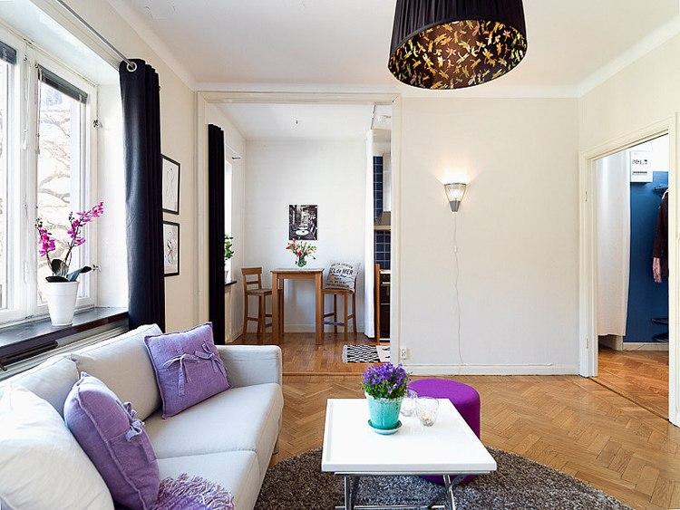 Уютная квартира 30 м в Европе, которая стала студией после демонтажа части стены между кухней и комнатой.