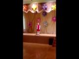 Дана исполняет песню о Родине на конкурсе талантов
