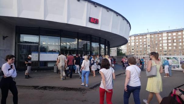 Пробка у метро в час-пик. И тут даже не тотальный досмотр, как в аэропорту.  27 июня 2018