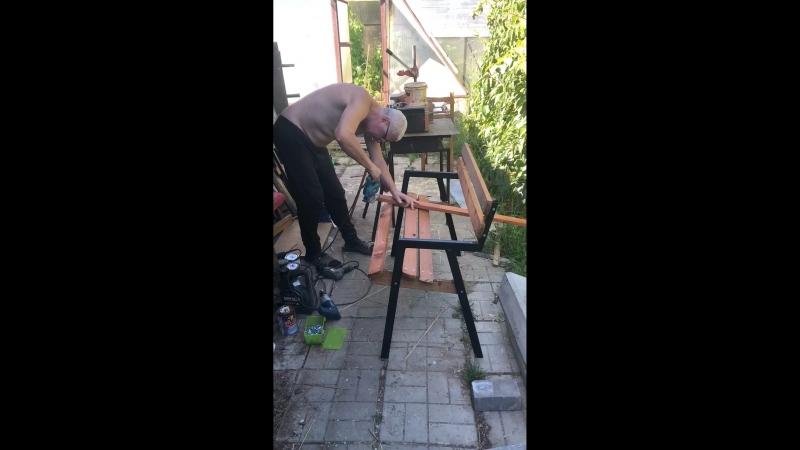 Серёжа делает скамейку к приезду Кати