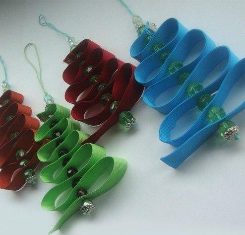 Новогодние брелочки - ничего сложного: ленточка, шнурок и бусины - можно понаделать и понадарить друзьям и знакомым