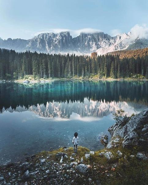 Озеро Карецца в Доломитовых Альпах (Италия)
