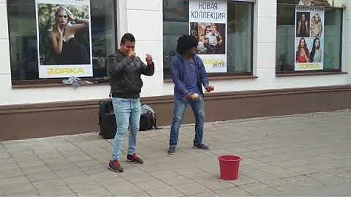 Седая ночь - поют эквадорец и кубинец в Бобруйске