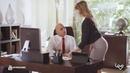 Los secretarios jóvenes trabajan solos en la oficina con expertos en valores