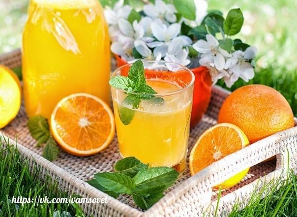 апельсиновый лимонад нужно взять 4 апельсина, вымыть их и обдать кипятком. на следующие 12-24 часа убираем апельсины в морозилку. благодаря замораживанию в апельсинах убирается горечь после того, как вы вынете апельсины с морозилки, их нужно залить
