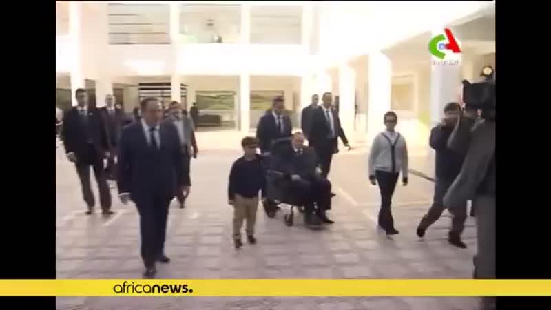 Это Абдельазиз Бутефлика. Ему 81 год. Он президент Алжира с 1999 года.  Сегодня он выдвинут правящей партией на 5-й срок. Энерги