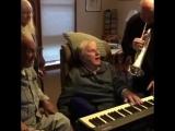 Ему 95, и он частично парализован