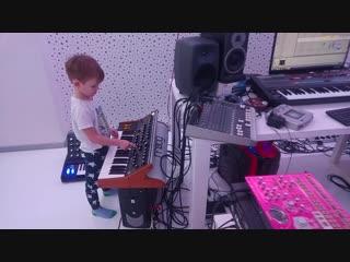 Сынок уже Boss на студии и играет и фильтры крутит!