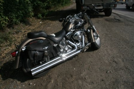 На донской трассе байкер на мотоцикле Harley Davidson на скорости врезался в мусоровоз