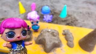 Куколки Лол и песочница. Видео для малышей про игры с песком