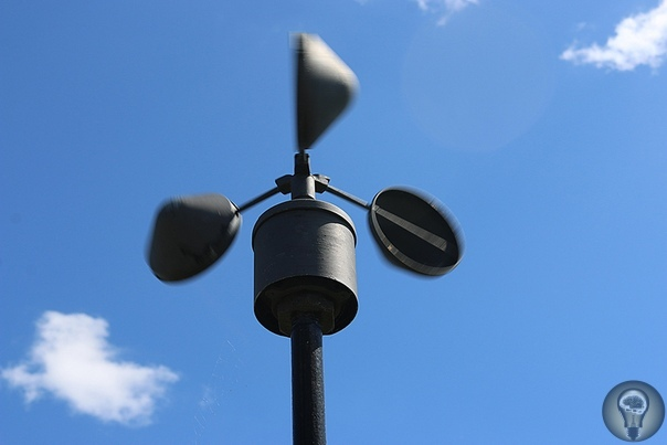 интересные вопросы 1. КАК ИЗМЕРЯЮТ СКОРОСТЬ ВЕТРА С помощью анемометра Чашечный анемометр (на фото) измеряет горизонтальную скорость ветра, используя разность давления воздуха на вогнутые и