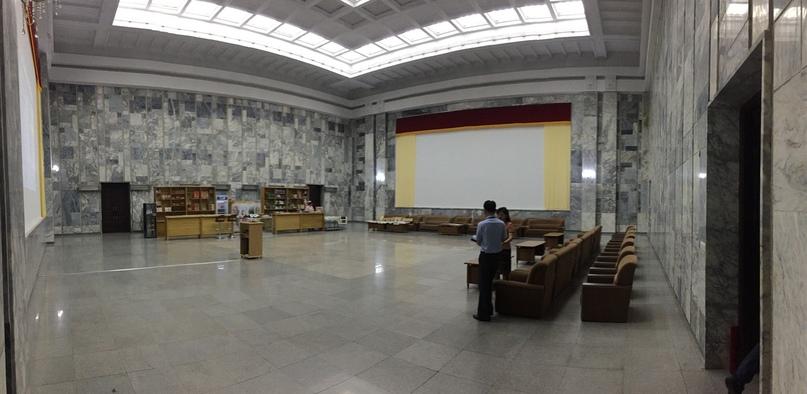 Отчет о путешествии в Северную Корею Кинозал внутри триумфальной арки